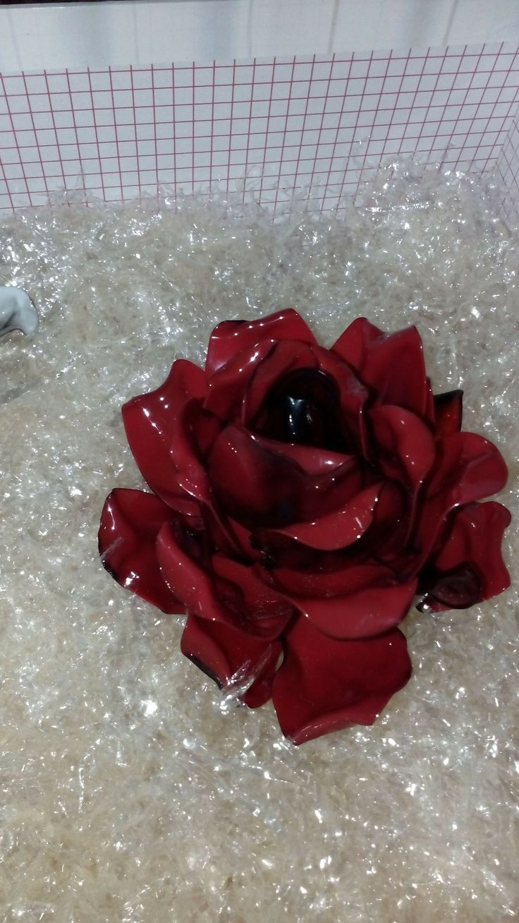 rosa realizzata con cucchiai di plastica