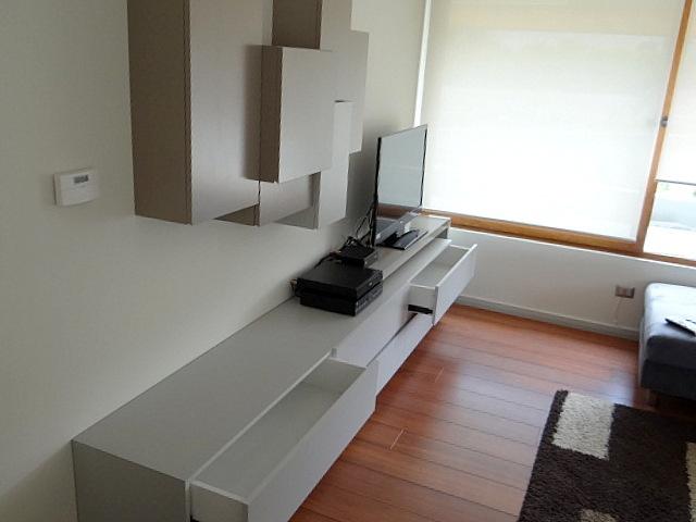 Conjunto de mueble superior y base para TV y guardado. Enchapado en lamitech duotono. Cajones con rieles telescopicos