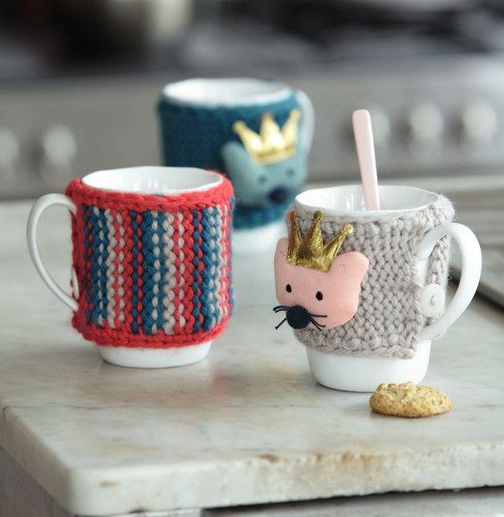 On adore ces modèles de cache-mugs très originaux colorés qui vous permettront de ne plus vous brûler les doigts lorsque vous prendrez votre thé. Tricotés en 'Laine RAPIDO'.Mini-catalogue N°602 : Automne/Hiver 2015, Spécial Déco.