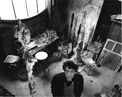#Giacometti nel suo studio a Parigi.