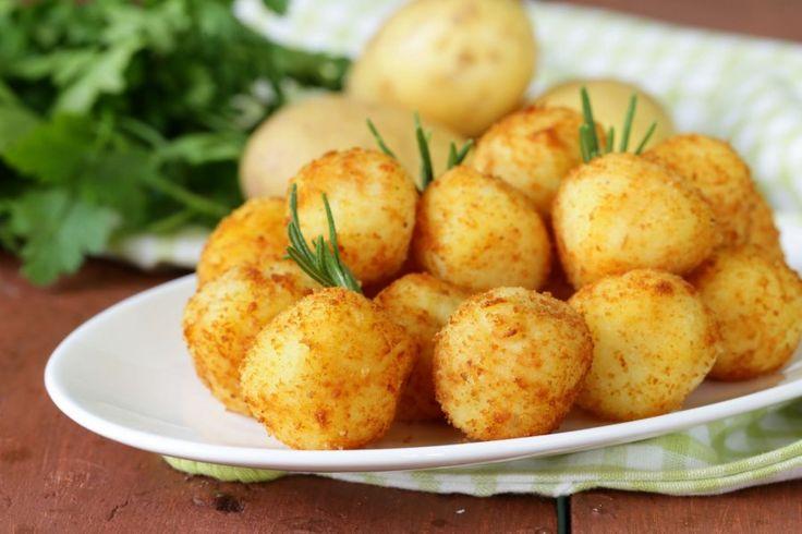 Mit dem Rezept für Gebratene Kartoffel-Bällchen lassen sich kleine Köstlichkeiten zaubern, die entweder als Beilage oder als Fingerfood glänzen. Einfach köstlich!
