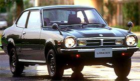 """Mitsubishi Lancer 1973 La première génération de « LANCER », la berline de qualité supérieure """"Galant Σ """" et le premier véhicule de FF de Mitsubishi, """"le Mirage"""" sont lancés. Nos produits dans les années 1970 ont commencé à démontrer notre capacité technologique supérieure au monde. Comme la victoire au Safari Rally."""