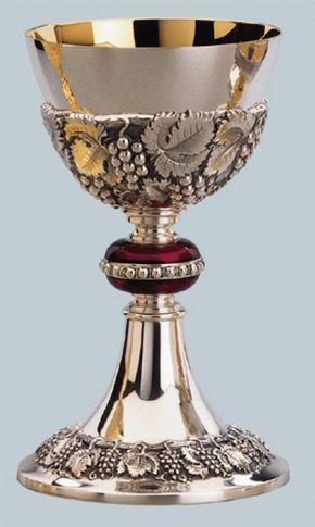 Este hermoso cáliz de plata con una vid repujada y adorno de la hoja alrededor de la copa y la base.   El nodo se esmalta en rojo con un anillo de perlas. La taza es de oro forrado.