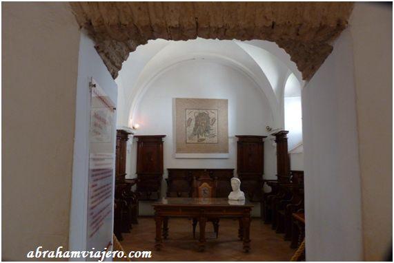 En esta pequeña sala contigua al Salón de Mosaicos, se expone parte del Coro Capitular del siglo XVII, perteneciente al antiguo Cabildo, con la representación de las collaciones o parroquias cordobesas. Esta pequeña sala muestra un cuidado aspecto, en...