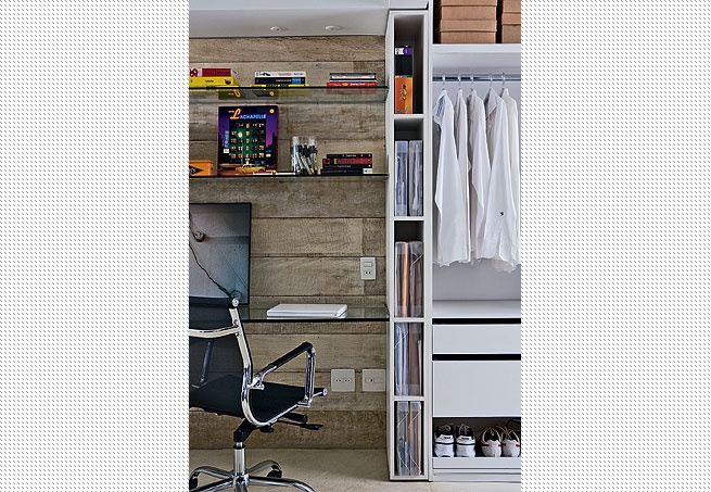 A área de vestir tem armários com portas de vidro deslizantes. Sobre o tapete da espanhola Nanimarquina, a poltrona e a mesinha dão o suporte ideal. Reforma assinada pelo SAO Arquitetura