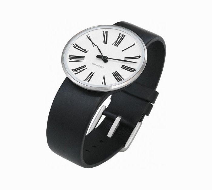 Arne Jacobsen uret Roman, med sort rem, hvid skive og romanske tal. Et flot ur med skarpe kontraster.