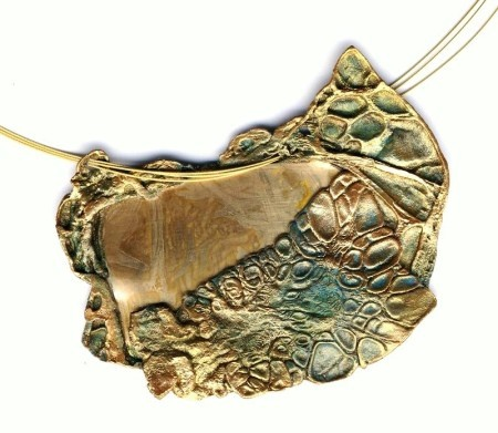 Necklace made with tyvek paper and bronze. It is anti allergic.