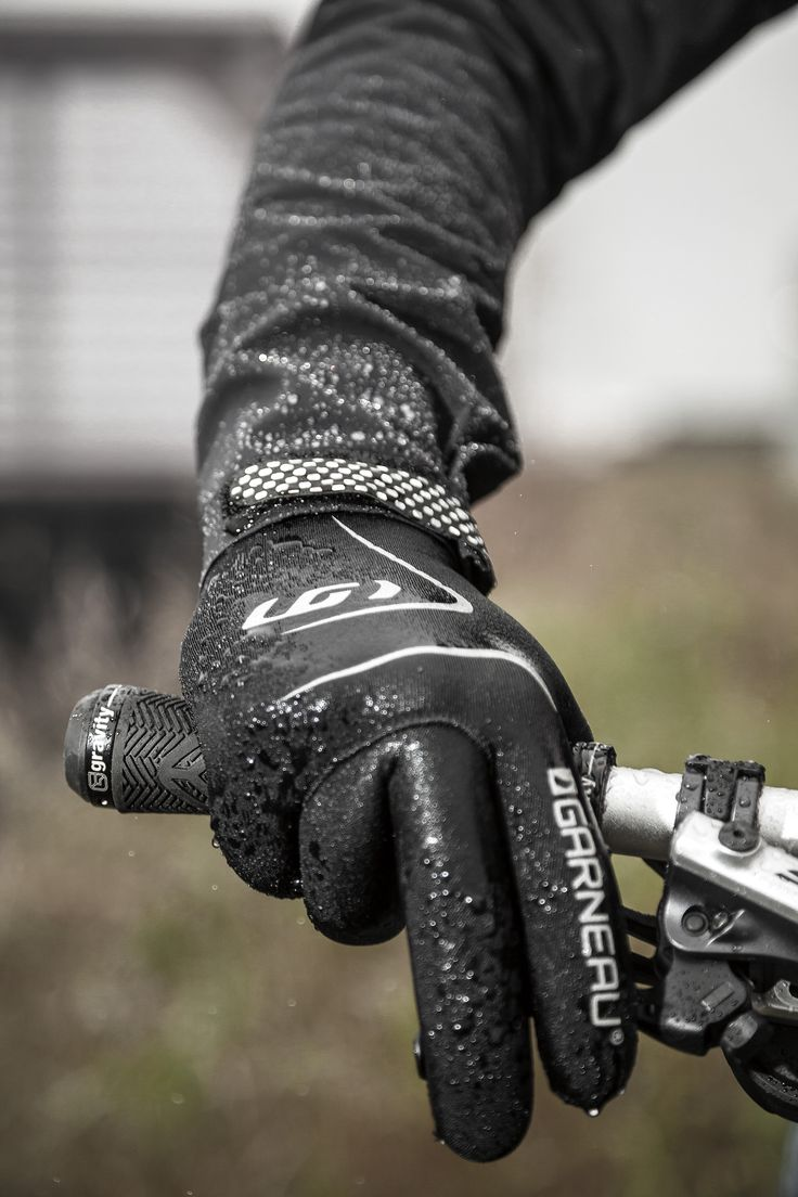 The Monsoon gloves are designed to keep your hands warm and dry thanks to their impermeability and sealed seams. Perfect for fall cycling, they are preshaped for more comfort in riding position and their palm grip pattern provides better adhesion.
