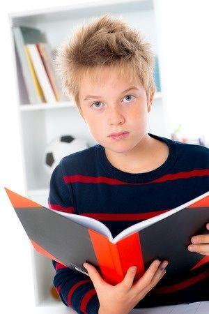 Aantrekkelijk en effectief leesonderwijs: motiverend! Leesdeskundige Michael Pressley merkte lang geleden al op dat hij slapeloze nachten heeft van het verlies aan leesmotivatie bij ouder wordende kinderen in Amerikaanse scholen (Pressley,1998). Daar zijn ook in Nederland nog steeds grote zorgen over. Een belangrijk doel van het leesonderwijs behoort daarom te zijn: het verhogen van de leesmotivatie. Dat leerlingen vaak en met plezier lezen, op school en thuis, is de belangrijkste opbrengst…
