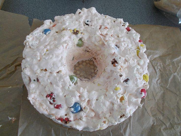popcorntaart 5 eetlepels olie, 125 gram boter, 500 gram marsmallows, 125 gram popcorn, 400 gram gekleurde chocopinda's.  In het originele recept werd 50 gram meer popcorn gebruikt.