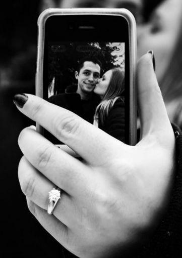 La selfie perfecta de ambos como fondo y el anillo como protagonista. / Cortesía: Kelli Dougal vía Pinterest