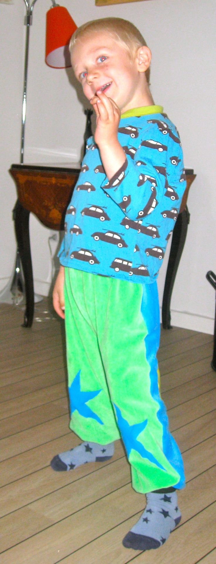 T-shirt in jersey blue with black cars on. Velvet lycra pants to colored with contrast stars on the legs, here on Nicolai