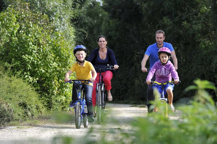 Randonnée vélo en famille ©Pascal Baudry pour Sud Vendée Tourisme. Plus d'info : www.sudvendeetourisme.com