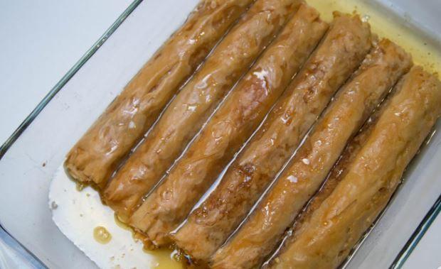 Ένα υπέροχο, αγαπημένο σιροπιαστό γλυκό. Σιροπιαστές φλογέρες με γέμιση αμυγδάλου περιχυμένες με μπόλικο σιρόπι. Μια πανεύκολη συνταγή με απλά υλικά της Χρ