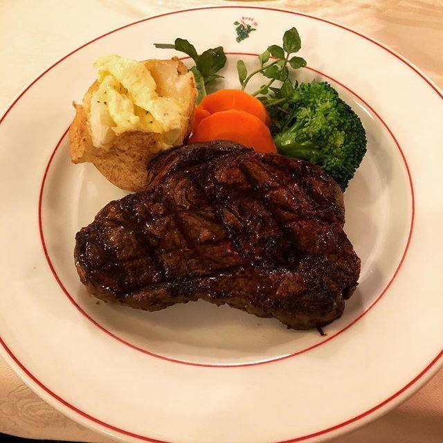 吉祥寺の葡萄屋さんでステーキ食べてきました。 オードブルもサラダもポタージュもメインのステーキも何もかも美味しかった。 赤身なのに柔らかくてほっぺた落ちそうだったよー。 また行きたいな。 #ステーキ #肉 #葡萄屋 #吉祥寺