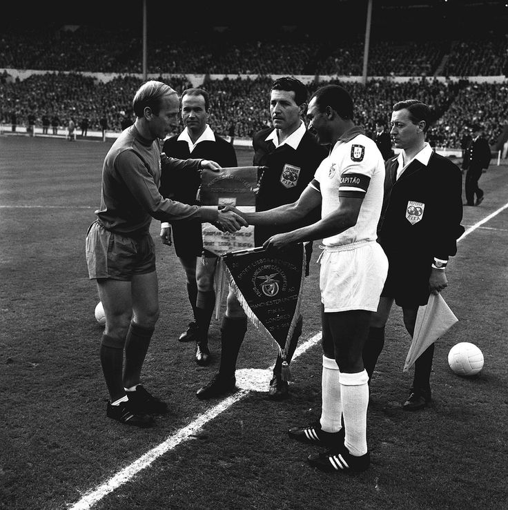 MAY 1968: MANCHESTER UNITED CAPTAIN BOBBY CHARLTON EXCHANGES PENNANTS WITH BENFICA SKIPPER MARIO COLUNA PRIOR TO THE EUROPEAN CUP FINAL AT WEMBLEY. UNITED WON 4-1 AFTER EXTRA-TIME.