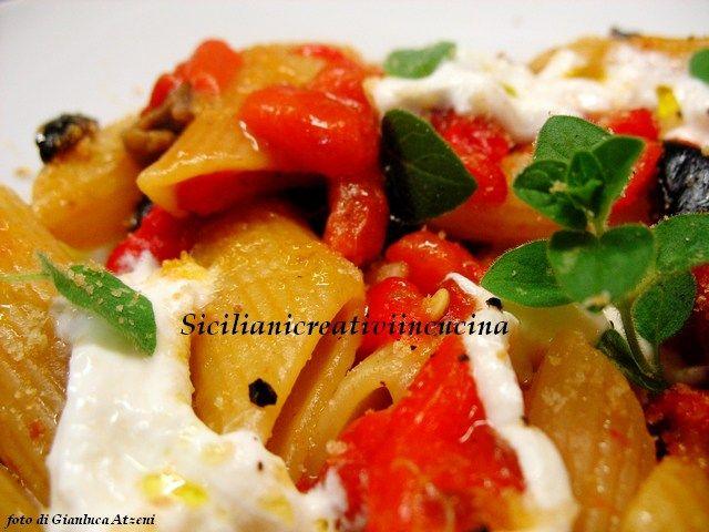 Pasta con peperoni arrostiti, olive e burrata