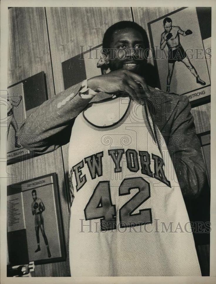 1975 Press Photo Basketball Top Scorer Spencer Haywood Displays New Uniform
