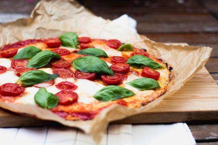 RECEPT: Bezlepková květáková pizza s mozzarellou a rajčátky