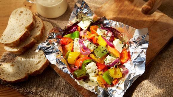 Hier isst das Auge mit! Unsere Paprika-Schafskäsepäckchen sind köstlich vegetarisch und sehen gleich nach dem Öffnen zum Anbeißen aus. Unbedingt ausprobieren - ganz gleich, ob als Hauptgericht oder Beilage.