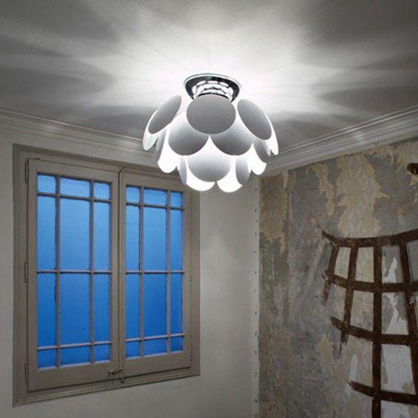 Discocó es la propuesta de lámpara de plafón decorativa por excelencia. Atractiva y exuberante. Generadora de efectos, aporta una luz sutil, creando una atmósfera elegante y misteriosa. Existe en dos tamaños: la más grande tiene un diámetro de 88cm, l mediana de 68cm y la pequeña de 53cm. La lámpara se compone de 35 discos opacos con un revestimiento de laca blanca brillante, por lo que la luz se genera de forma directa y por reflexión.   Referencias Discocó C 68 - Marset: A620-123 - Discocó…