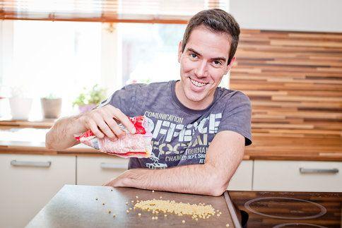 Jednoduchý uzávěr na pytlík s těstovinami? V našem videu se můžete přesvědčit, že si jej doma dokáže vyrobit za pár minut opravdu každý.