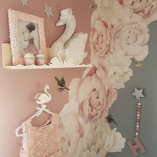 GN🌙 - @thatsmine.dk #thatsminedk #bokhylle #svaneknagg #stjerneknagg #shelfie @rockymountaindecals #wallstickers #flower #walldecor #littlegreyse #barnerom #kidsplayroom #details #kidsroom #kinderzimmer #instahome #kidsootd #kidsroominspo #nurseyinspo #nursery #pink #grey #girlsroom #jenterom #love #wooden