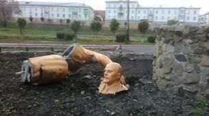 Lenin'le selfie çektirmek isterken heykeli parçaladı http://haberrus.com/life/2015/06/10/leninle-selfie-cektirmek-isterken-heykeli-parcaladi.html
