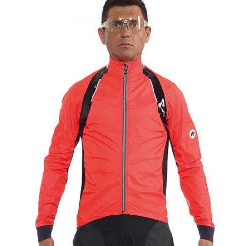 Dit is de eerste waterdichte shelljas van ASSOS die speciaal voor wedstrijden is ontworpen. Gebruik deze hoogstaande jas als een bovenlaag over uw fietstrui of jas op regenachtige dagen of een isolerende laag wanneer het buiten koud is.  €379,-