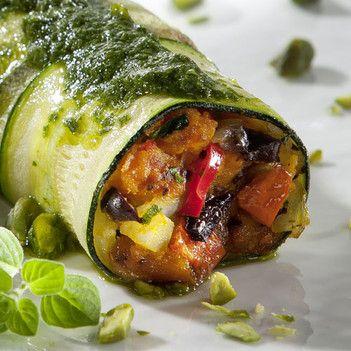Rezept aus VEGAN FOR FIT: Zucchiniloni mit Kürbis-Oliven-Füllung - amicella