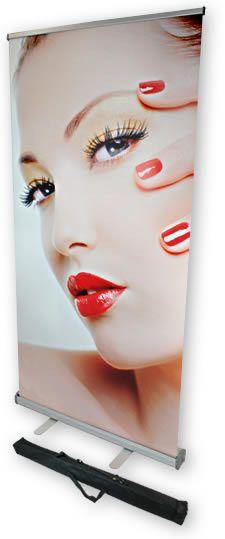 Roll-up banner: afmetingen 85 x 200 cm Duurzaam, lichtgewicht, krult en kreukt niet. Perfect te bedrukken, streept niet. Brandcertificaat B1, voldoet aan brandveiligheidseisen voor elke beurs. Inclusief handige, gratis opbergtas.