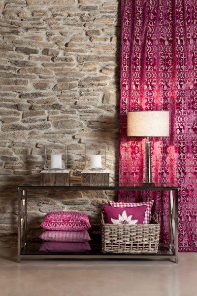 Auch mit Vorhängen in knalligen Farben wird dein Wohnzimmer zum Hingucker.  Fotocredits: FINE