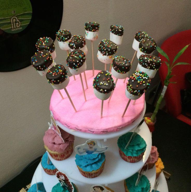 Pedido de cumpleaños #mashmallow #cubierta #chocolate #chispas #colores #tasty #candy #jotacakes