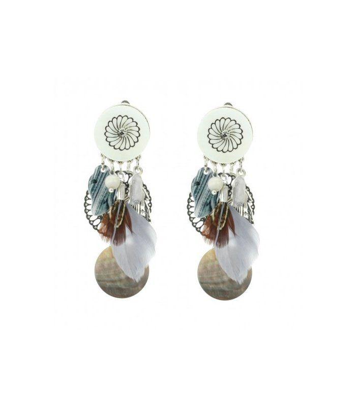 Beige clips oorbellen met veertjes en schelp De lengtes van de clip oorbellen zijn 7,5 cm   EAN: 0000101110028   Behave sieraden