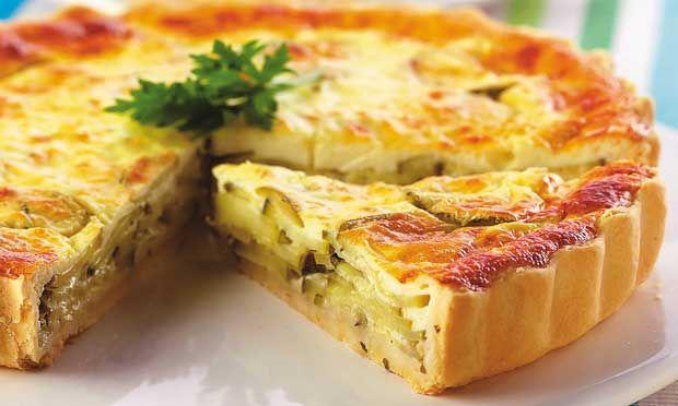 Quiche de abobrinha   Ingredientes  . 1 1/3 de xícara (chá) e 1 colher (sobremesa) de farinha de trigo . 4 colheres (sopa) de margarina gelada cortada em cubos . 1 colher (sopa) de azeite . 5 colheres (sopa) de água fria . 1 cebola pequena picada . 1 abobrinha grande cortada em rodelas finas . Sal e pimenta a gosto . 1 pote pequeno de queijo cottage . 2 ovos . 1/3 de xícara (chá) de leite . 1 colher (chá) de fermento em pó