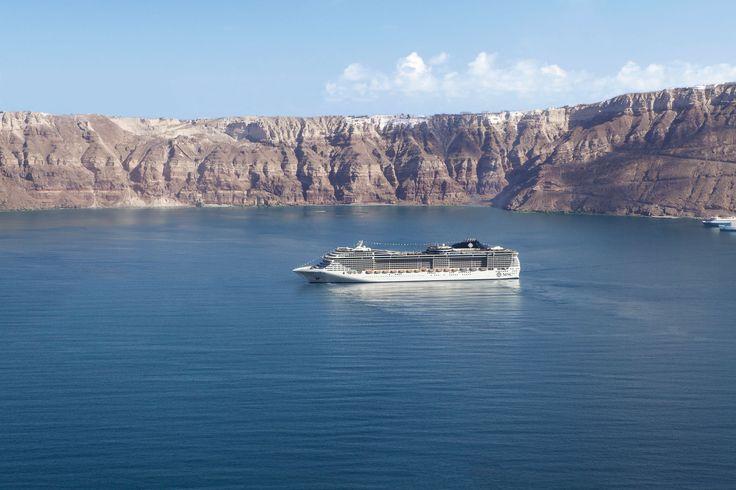 Navegando por Santorini, Grecia  Info: http://www.msccruceros.com.ar/ar_es/Cruceros/Mediterraneo/Grecia/Santorini.aspx