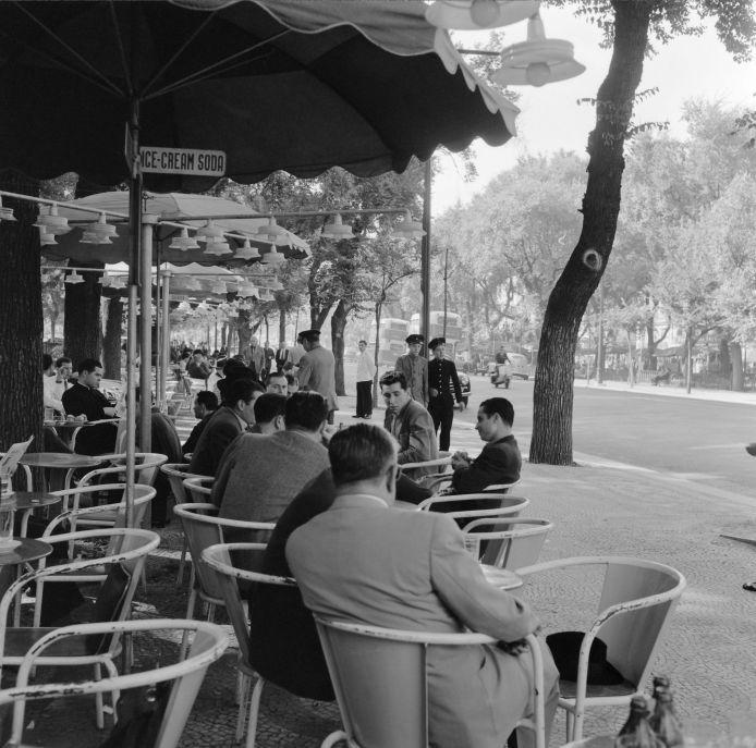 Antes de anglicismos como 'sunset', 'rooftop' ou 'lounge' terem entrado no léxico de quem frequenta/explora as esplanadas lisboetas, já se tomavam copos à fresca na capital. Recordemos esses tempos.