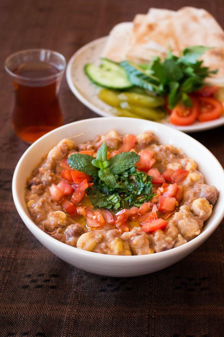 Bondbönor å kikärtor. Foul medamas är en typisk traditionell frukost i Mellanöstern som ursprungligen kommer från Egypten. Mättande och riktigt god bönröra med kikärtor.