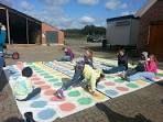 Dit groot twister spel is perfect buiten te spelen met de hele klas.