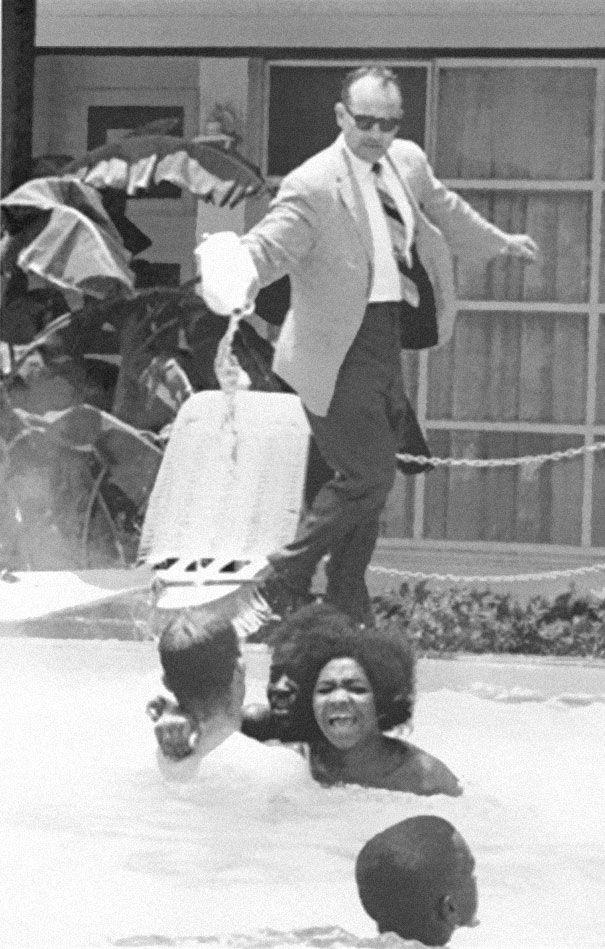 Dono de hotel derramando ácido na piscina enquanto pessoas negras nadam, 1964