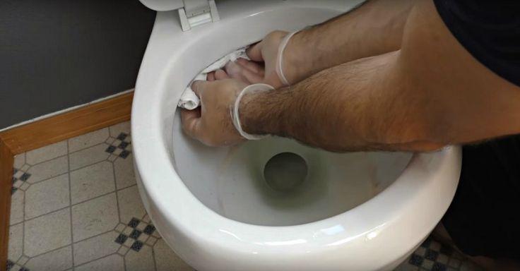 Наводить чистоту в уборной для него было настоящей пыткой, пока он не узнал об этом трюке!
