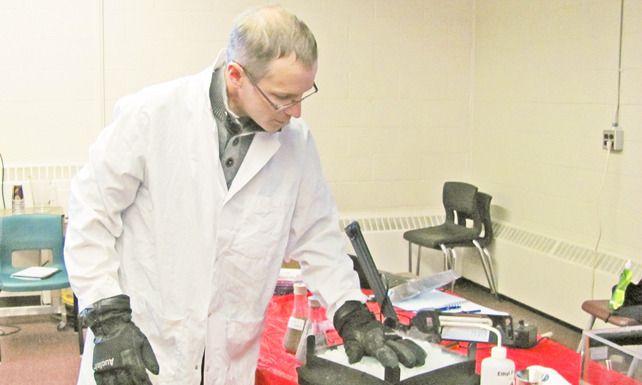 Mathieu Brossard a procédé à une démonstration de détection du radon dans l'ampithéâtre du CCNB-Campus de Bathurst, site de Youghall - Acadie Nouvelle: Béatrice Seymour