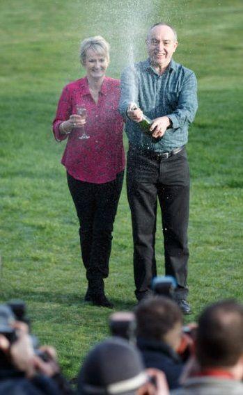 Carol i David Martinowie świętują wygraną 43,9 milionów euro w brytyjskim Lotto.