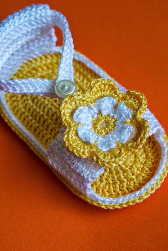 Sandalia amarilla con flor de ganchillo para bebé: