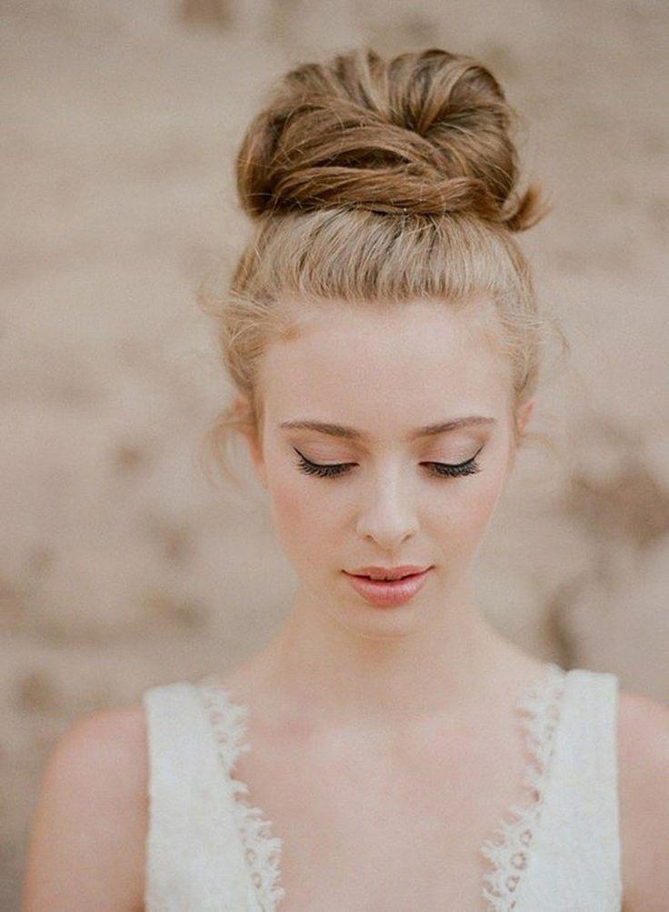 gris chignon haut et maquillage mariage délicat - un trait d'eye-liner fin et rouge à lèvres pêche