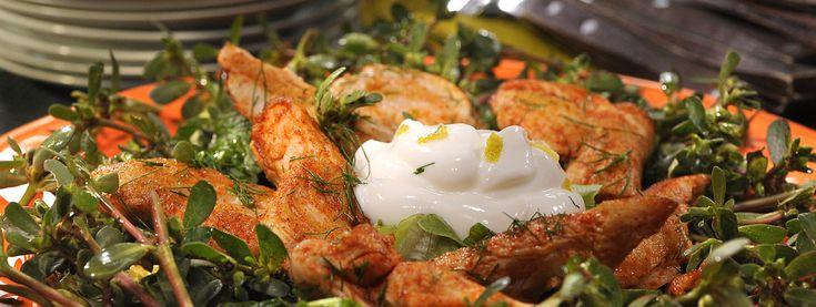 Σαλάτα γλιστρίδας με γιαούρτι Total και πικάντικο κοτόπουλο μαριναρισμένο με πελτέ ροδιού