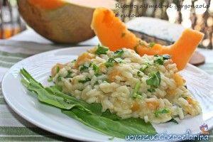 Il risotto al melone gorgonzola e rucola è un primo piatto adatto a chi ama sperimentare nuovi abbinamenti in tavola, un perfetto connubio di dolce e salato