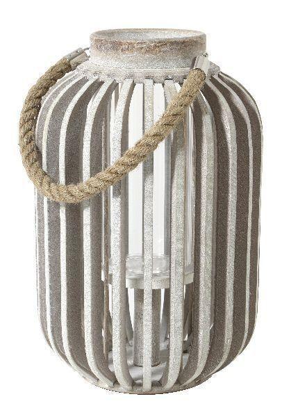 Verlicht je hal, tuin of woonkamer op decoratieve wijze met de Falster Lantaarn van LivLight. Plaats een waxinelichtje of kaarsje in de lantaarn en creëer een leuke warme sfeer. De lantaarn is gemaakt van houten spijlen, wat een mooi lichteffect geeft in de omgeving.