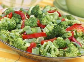 Brokoli salatası tarifi... Hem hafif hem de çok lezzetli brokoli salatası sofralarınızı süsleyecek... http://www.hurriyetaile.com/yemek-tarifleri/diyet-tarifler/brokoli-salatasi-tarifi_2170.html