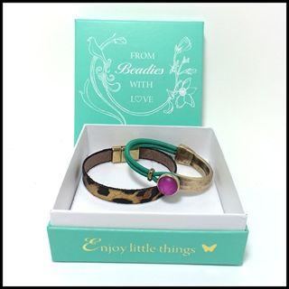 set van 2 armbanden met leer, elastiek en polaris steen. Handgemaakte sieraden. Set nu € 24,95 in luxe giftbox ipv € 31,50